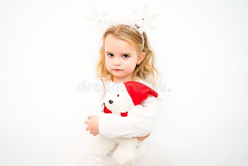 Stående av lite den blonda flickan i vit royaltyfria bilder