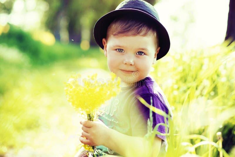 Stående av lite den gulliga ungen royaltyfri foto