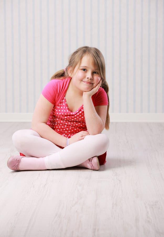 Stående av lite den härliga flickan royaltyfria foton