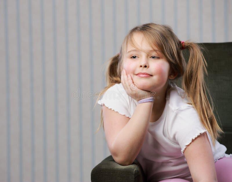 Stående av lite den härliga flickan royaltyfri foto