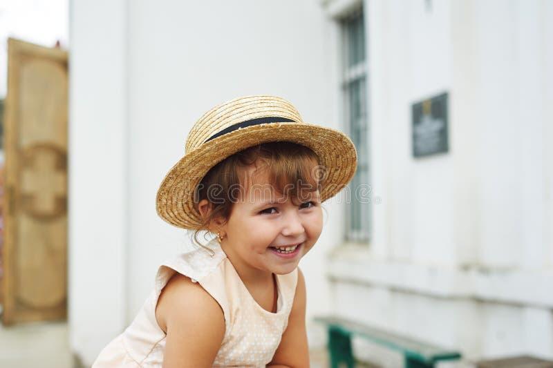 Stående av lite den nätta flickan i en sugrörhatt royaltyfri foto