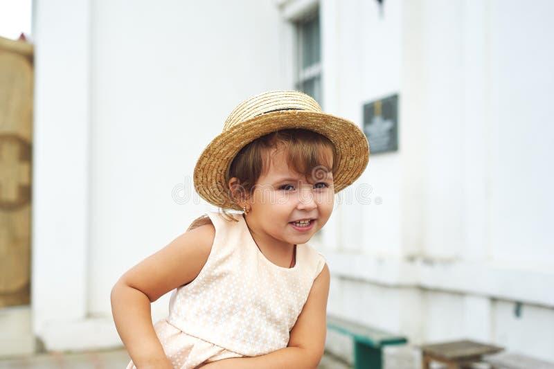 Stående av lite den nätta flickan i en sugrörhatt arkivfoto