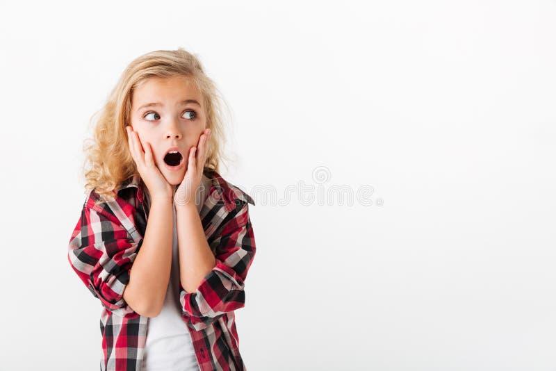 Stående av lite flickainnehavhänder på henne framsida arkivbilder