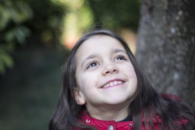 Stående av lite flickan av 7 år på yttersidan royaltyfria bilder