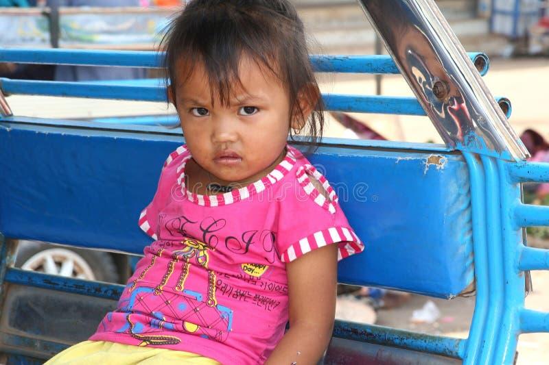 Stående av lite flickan i en tuktuk, Laos arkivfoto