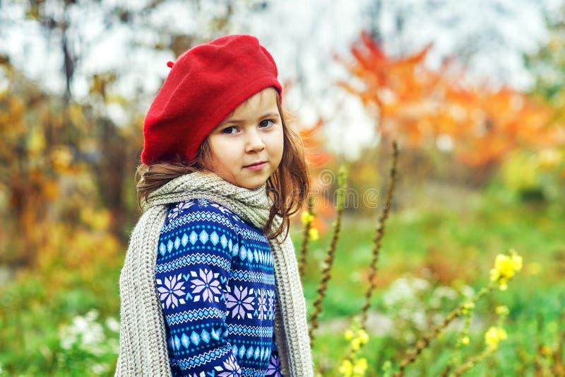 Stående av lite flickan i höst i natur royaltyfria foton