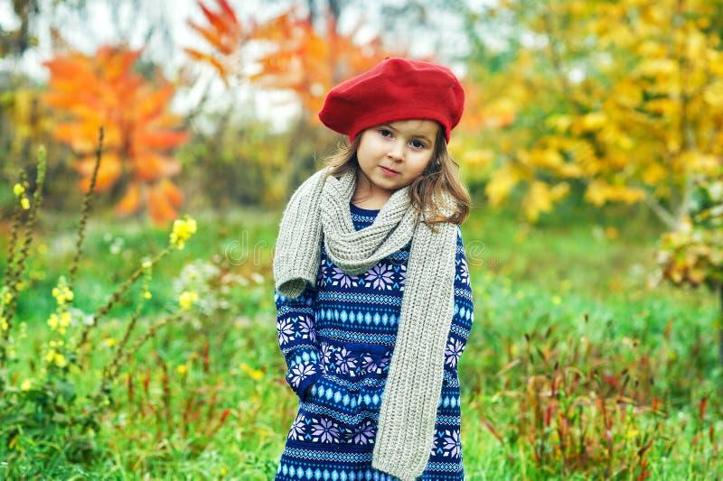 Stående av lite flickan i höst i natur royaltyfria bilder