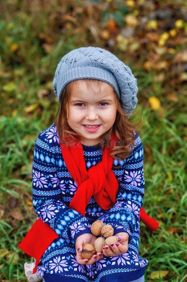 Stående av lite flickan på en höstdag royaltyfri bild