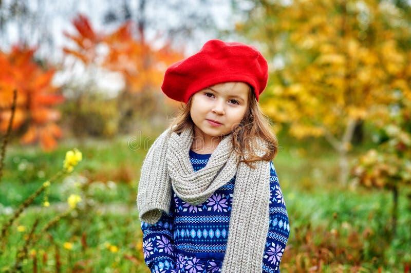 Stående av lite flickan på en höstdag arkivfoto