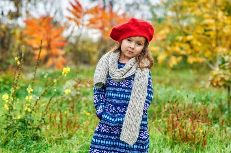 Stående av lite flickan på en höstdag fotografering för bildbyråer