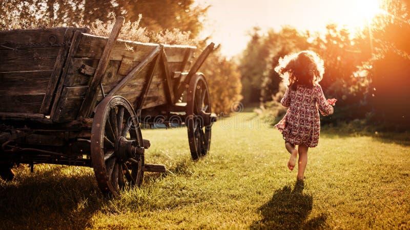 Stående av lite flickan på en lantgård royaltyfria foton