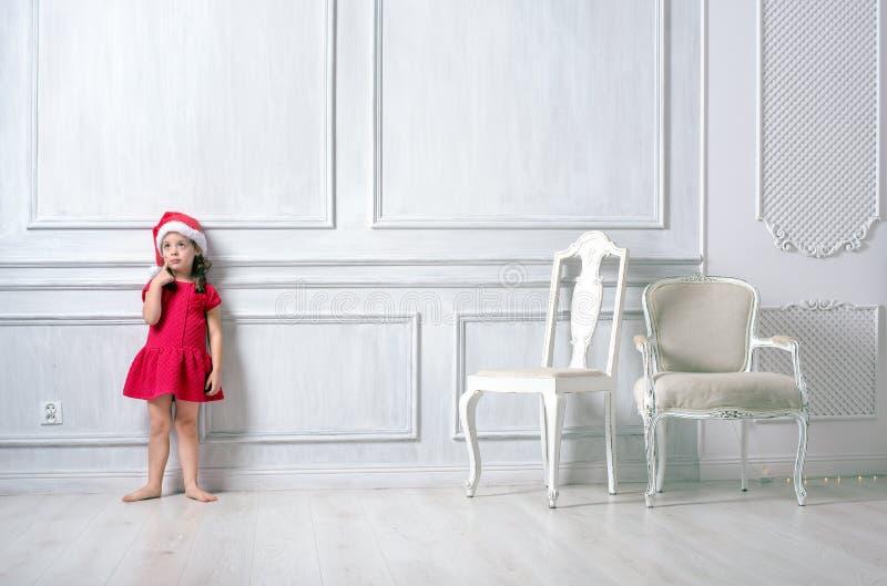 Stående av lite flickan som bär en santa hatt arkivbilder