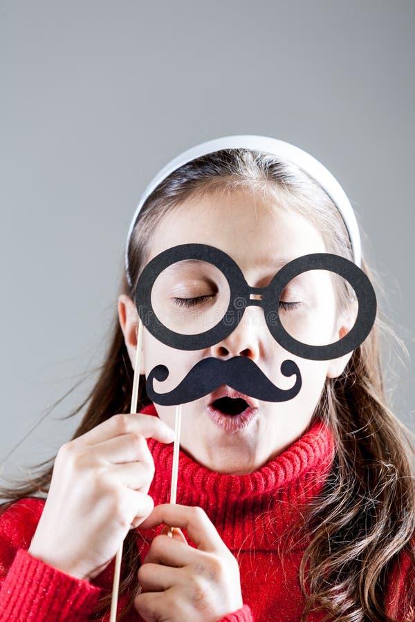 Stående av lite flickan som gör roliga framsidor royaltyfri bild