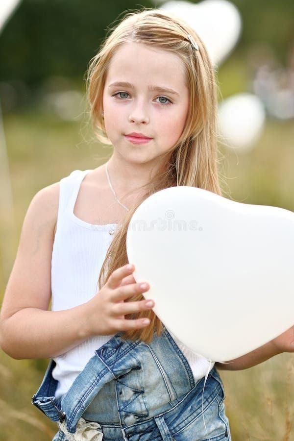 Stående av lite flickor i ett fält arkivfoto