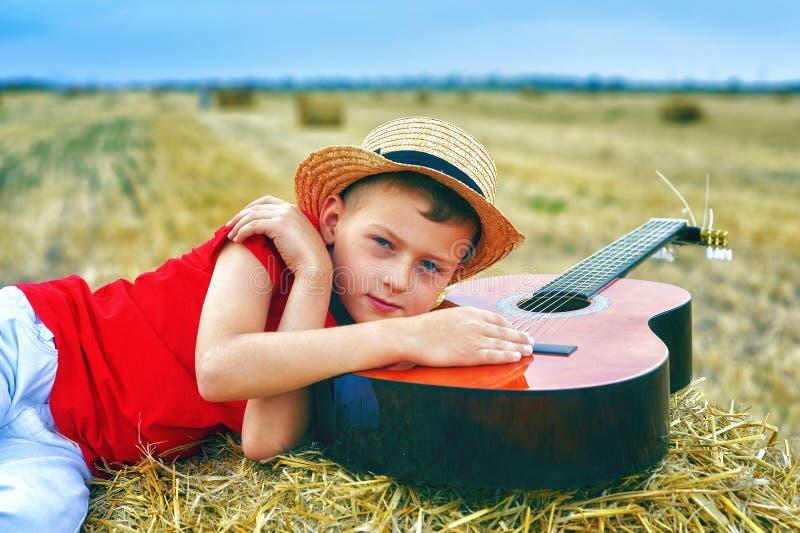 Stående av lite pojken på semester i fältet arkivfoton