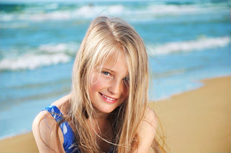 liten flicka på strand arkivbilder
