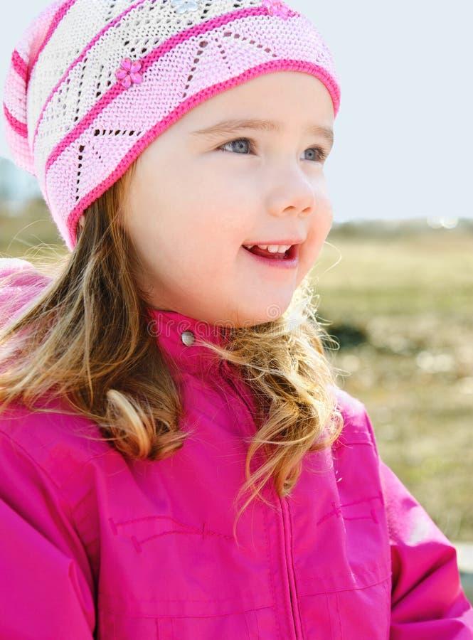 Stående av liten flicka utomhus på en fjäderdag royaltyfria foton