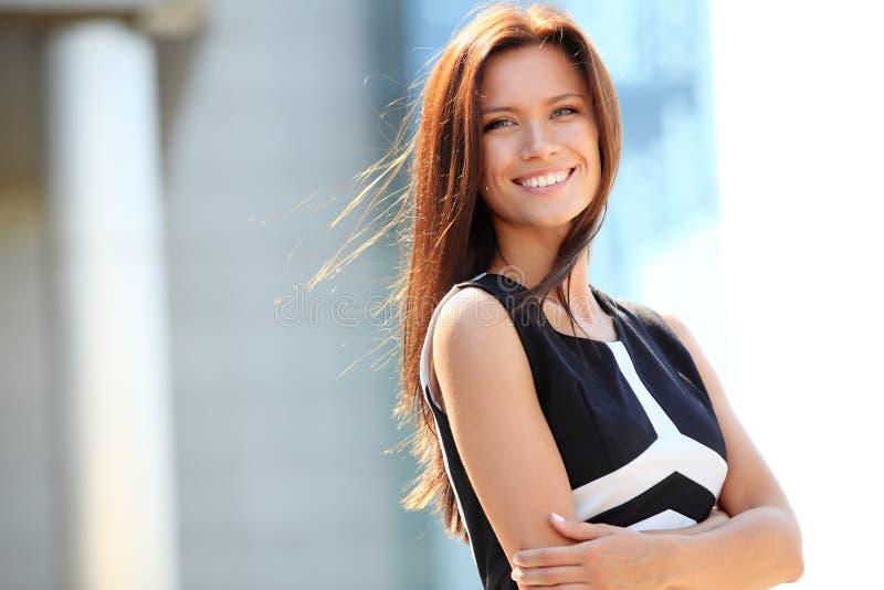 Stående av lyckat le för affärskvinna royaltyfria bilder
