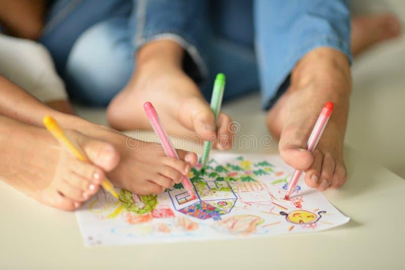 Download Stående Av Lycklig Familjmålning Arkivfoto - Bild av barn, dotter: 78728492