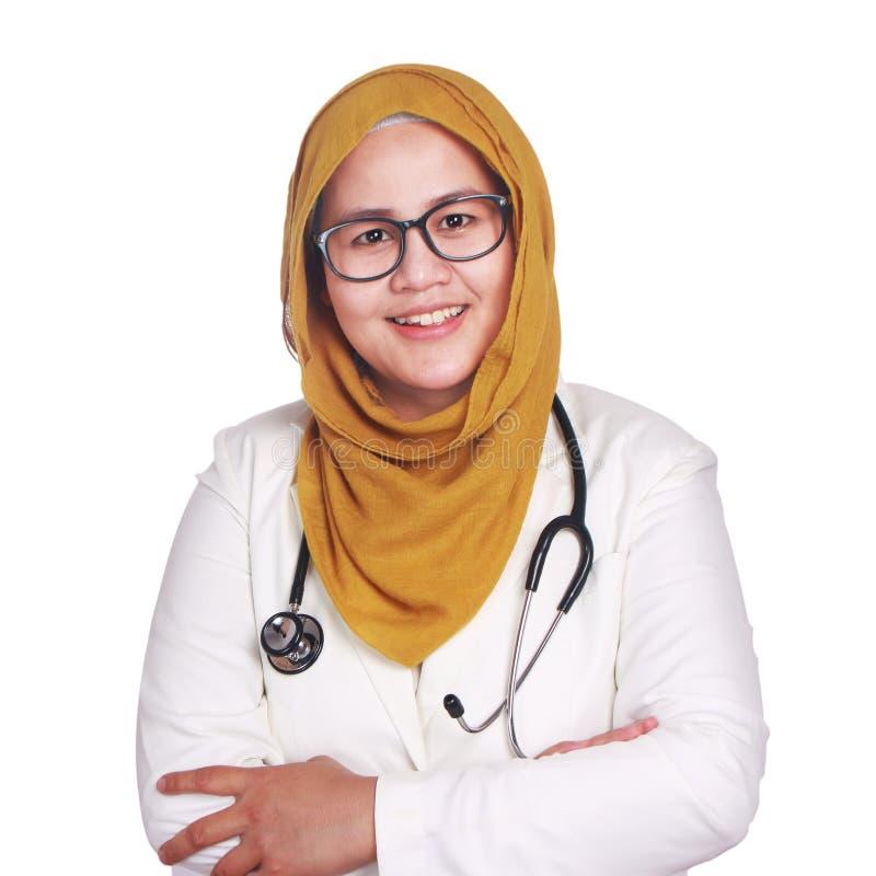 Stående av lycklig le hijab och följet för asiatisk muslim kvinna bärande Kvinnlig doktor för förtroende med korsade armar som is royaltyfri bild