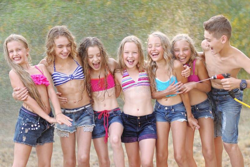 Stående av lyckliga barn på naturen royaltyfri bild
