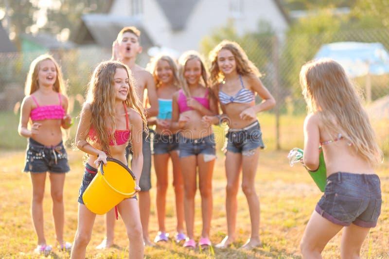 Stående av lyckliga barn på naturen royaltyfri fotografi