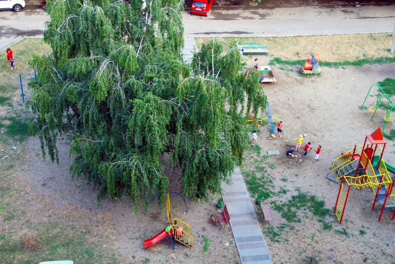 Stående av lyckliga barn som tillsammans spelar i gården på ogovayaplattformen, bästa sikt arkivfoton
