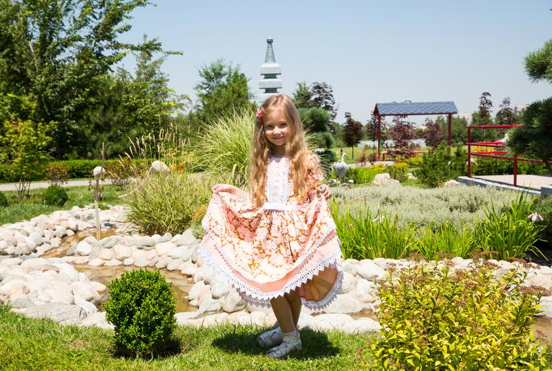 Stående av lyckliga förtjusande den utomhus- barnflickan Gullig liten unge i sommardag royaltyfria foton