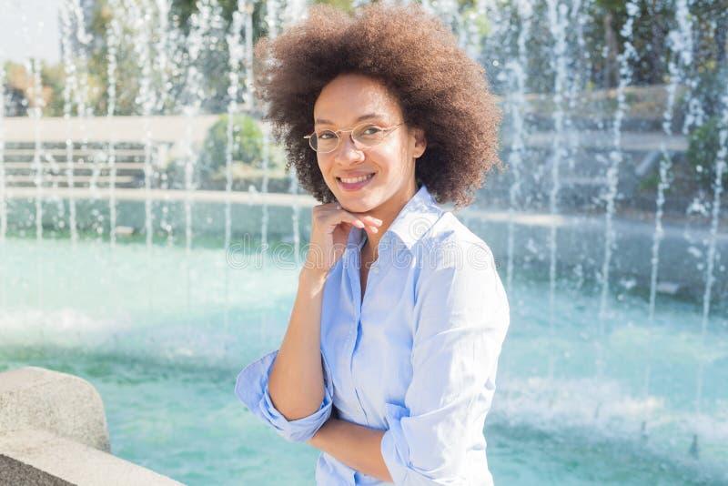 Stående av lyckliga härliga den utomhus- afrikansk amerikankvinnan royaltyfri foto