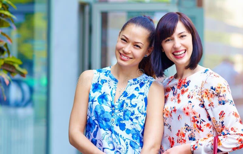 Stående av lyckliga härliga kvinnor utomhus royaltyfri fotografi