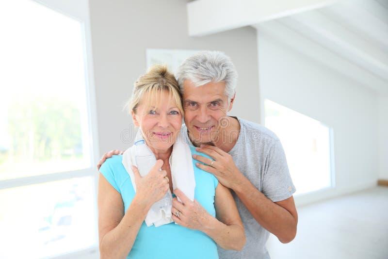 Stående av lyckliga höga par, når excercising royaltyfri bild