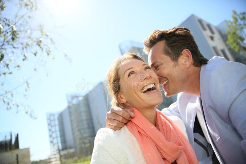 Stående av lyckliga le par utomhus royaltyfria foton