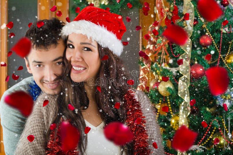 Stående av lyckliga par som är förälskade på jultid arkivfoton