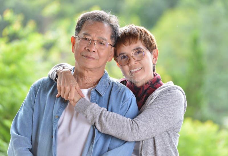 Stående av lyckliga romantiska höga par som ser kameran arkivfoton