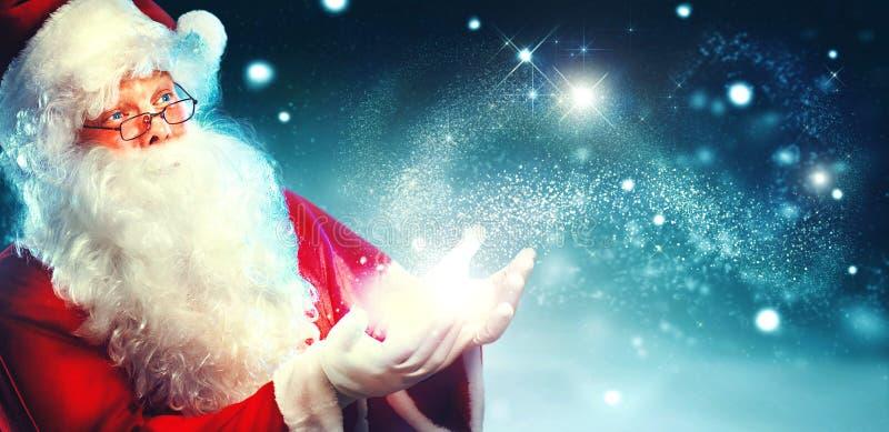 Stående av lyckliga Santa Claus med magiskt ljus royaltyfri bild