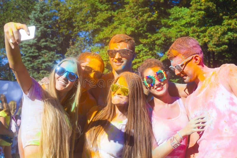 Stående av lyckliga vänner på holifärgfestival arkivfoton