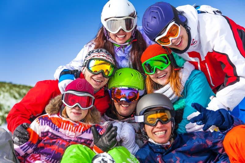 Stående av lyckliga vänner som bär skyddsglasögon royaltyfri bild