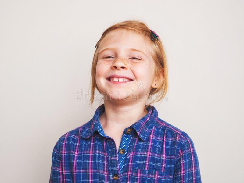 Stående av lyckligt le för rödhårig manliten flicka arkivbilder