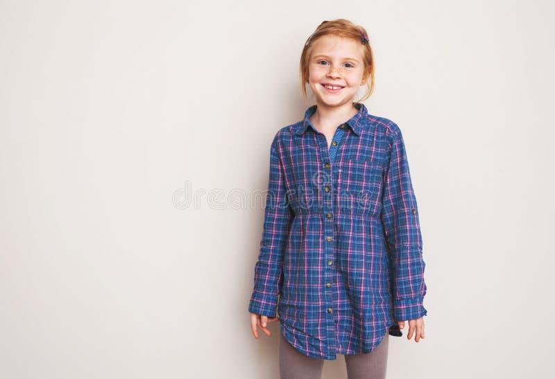 Stående av lyckligt le för rödhårig manliten flicka royaltyfria bilder