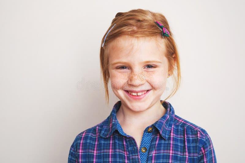 Stående av lyckligt le för rödhårig manliten flicka arkivbild
