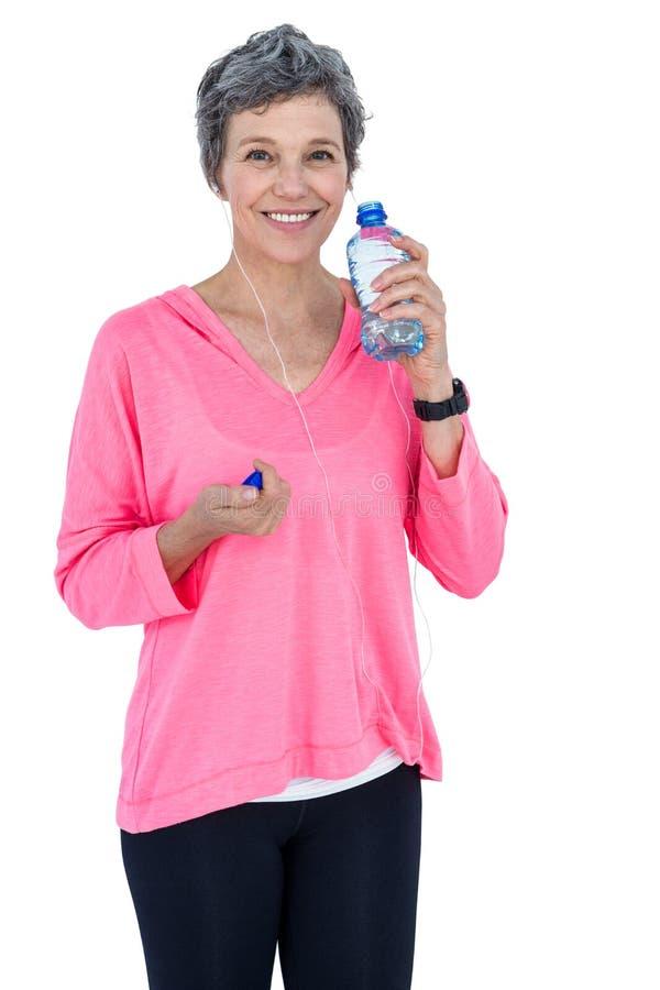 Stående av lyckligt moget kvinnadricksvatten royaltyfri bild