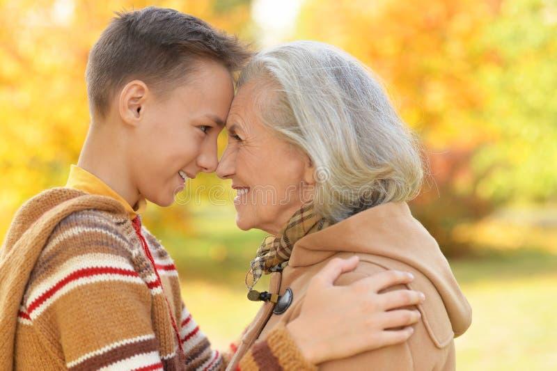 Stående av lyckligt posera för farmor och för sonson royaltyfri foto