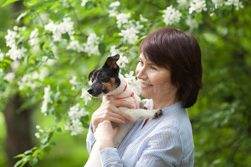 Stående av lyckligt twoman och hunden Jack Russell royaltyfri fotografi