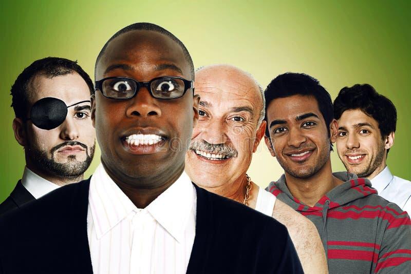 Stående av mång--person som tillhör en etnisk minoritet vänner som framme står av grön bakgrund  royaltyfri fotografi