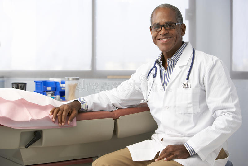 Stående av manlig doktor In Surgery arkivbilder