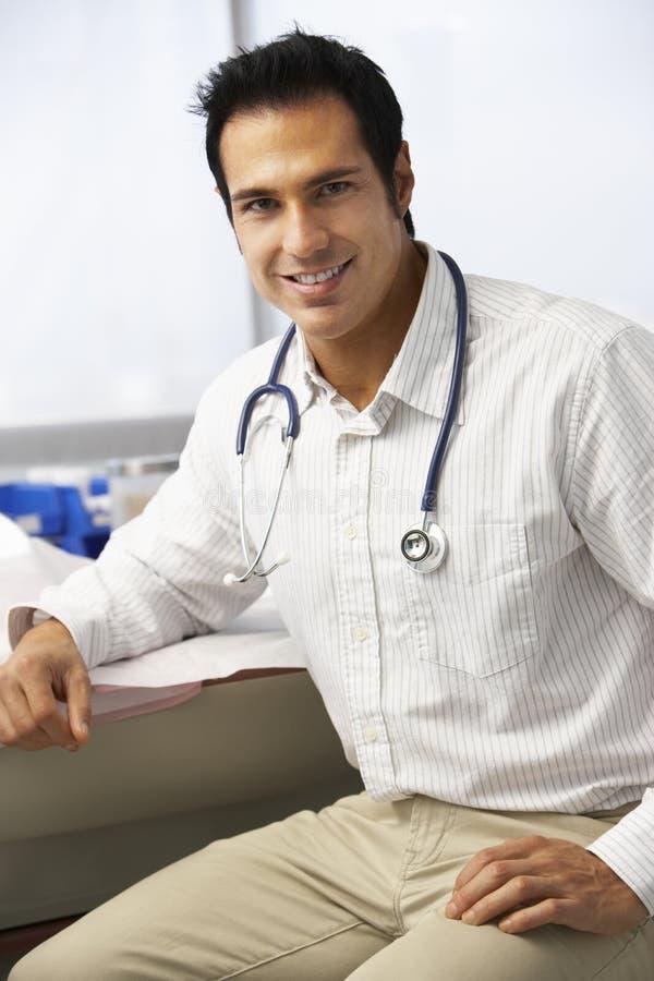 Stående av manlig doktor In Surgery arkivfoton