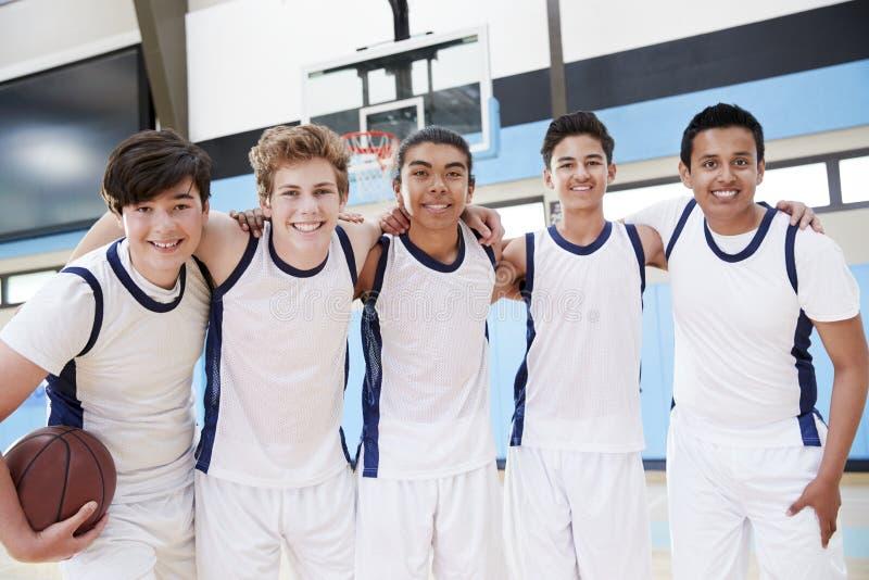 Stående av manlig högstadiumbasket Team On Court royaltyfria foton