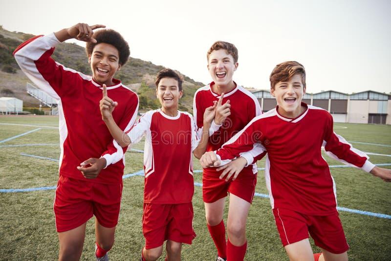 Stående av manlig högstadiumfotboll Team Celebrating royaltyfria bilder
