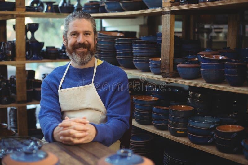 Stående av manligt le för keramiker royaltyfri foto
