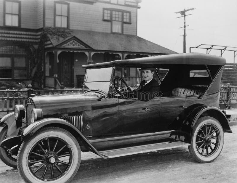 Stående av mannen i bil arkivfoto